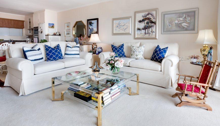 Skaista un sakopta dzīvojamā istaba