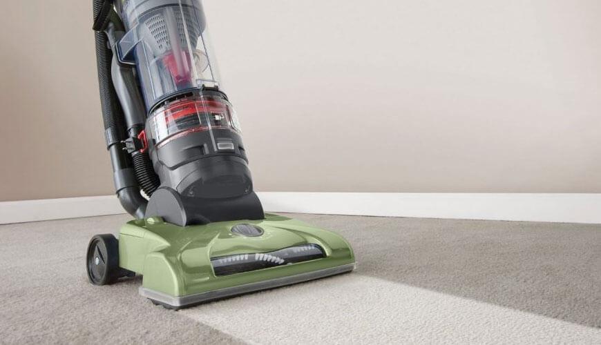 Paklāja tīrīšana ar efektīvu iekārto