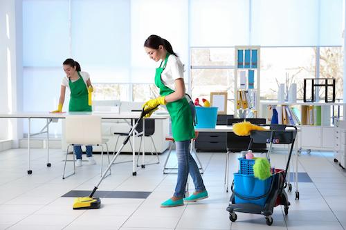 Biroja uzkopšana ar videi draudzīgiem tīrīšanas līdzekļiem